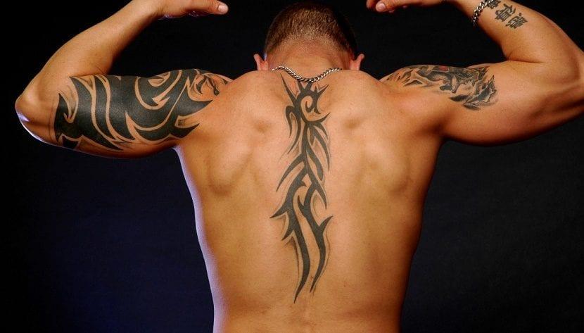 Tatuajes de tribales en la espalda