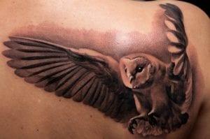 Tatuaje búho alas desplegadas