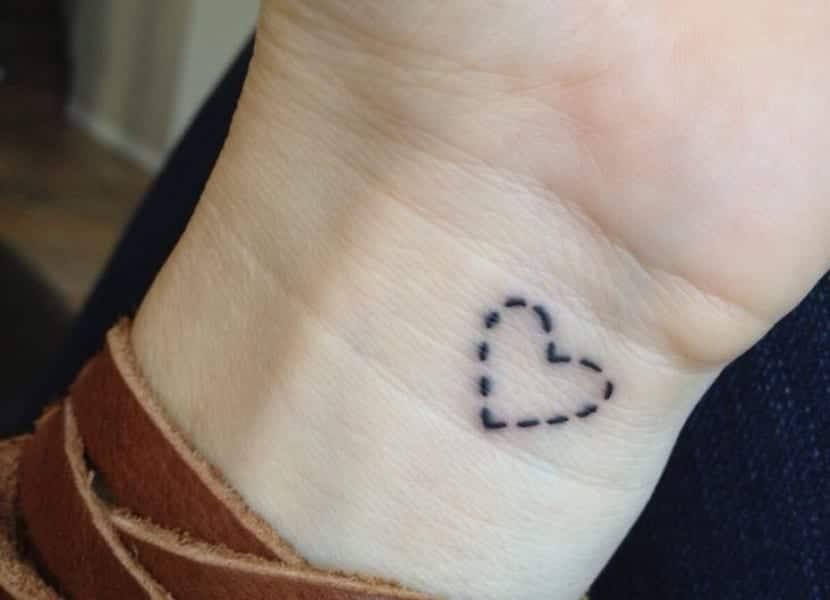 Tatuaje corazon puntos