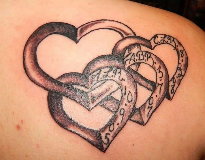 Tatuaje enlazado corazones