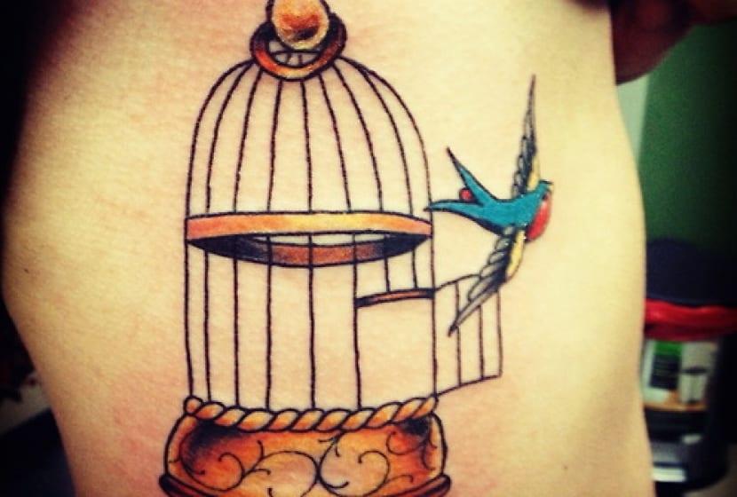 Jaula tatuaje con pájaro