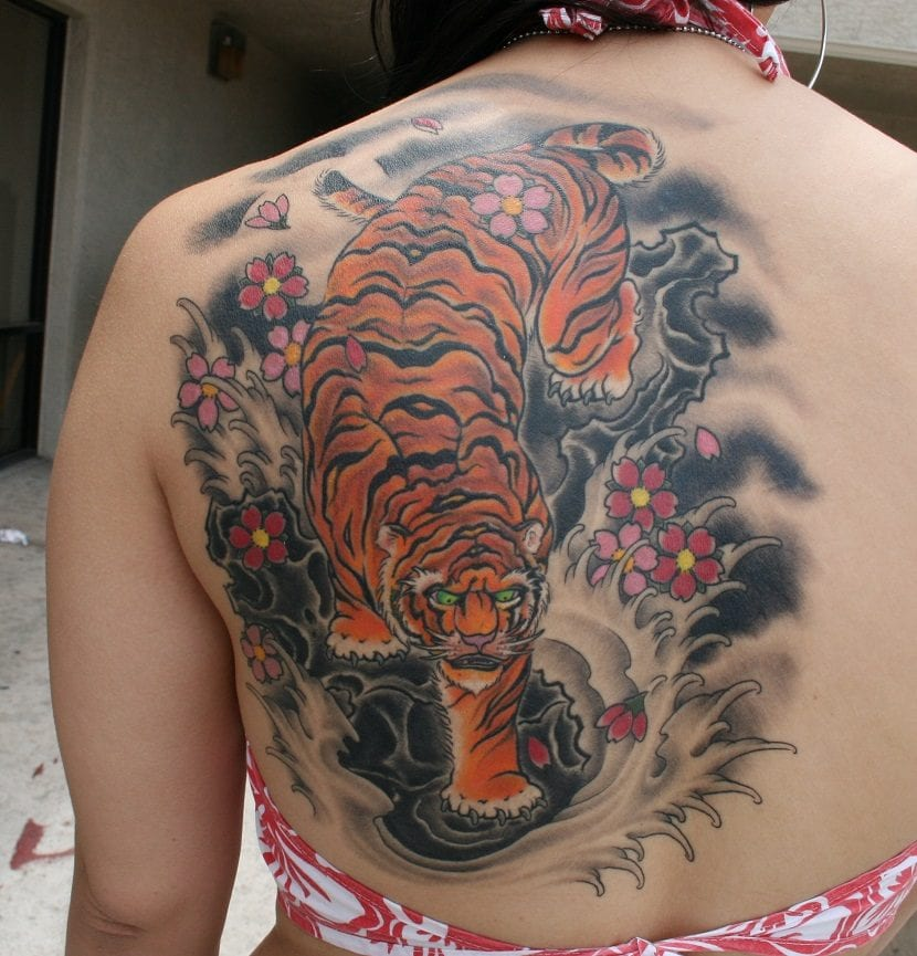 Tiger Tattoos And Flower: Tatuajes De Tigres En La Espalda