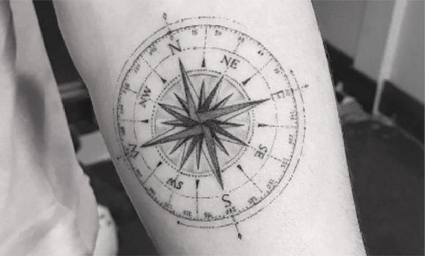 Brooklyn Beckham - tatuaje de brújula