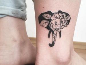 Tatuaje de elefante con flores