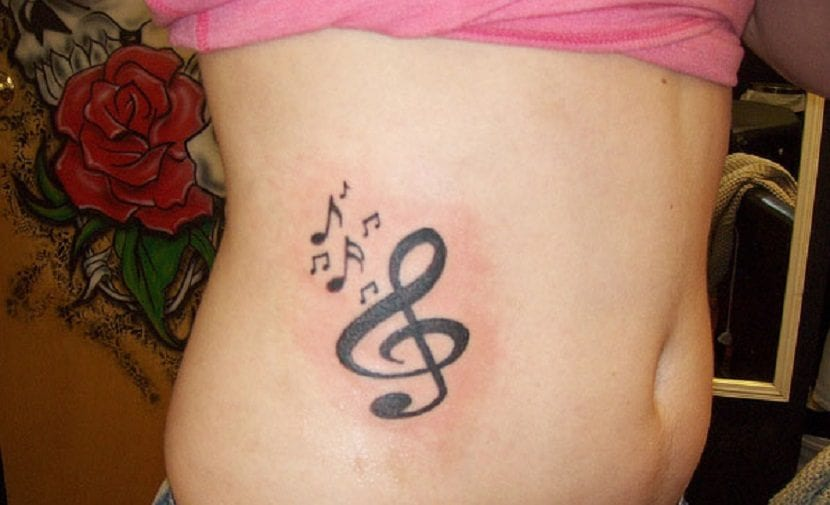 Tatuajes De Notas Musicales En El Abdomen