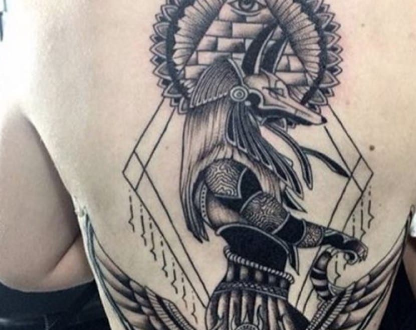 Tatuaje en espalda Anubis
