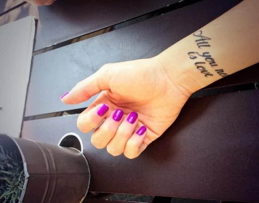 Tatuaje en el brazo de Martina Stoessel