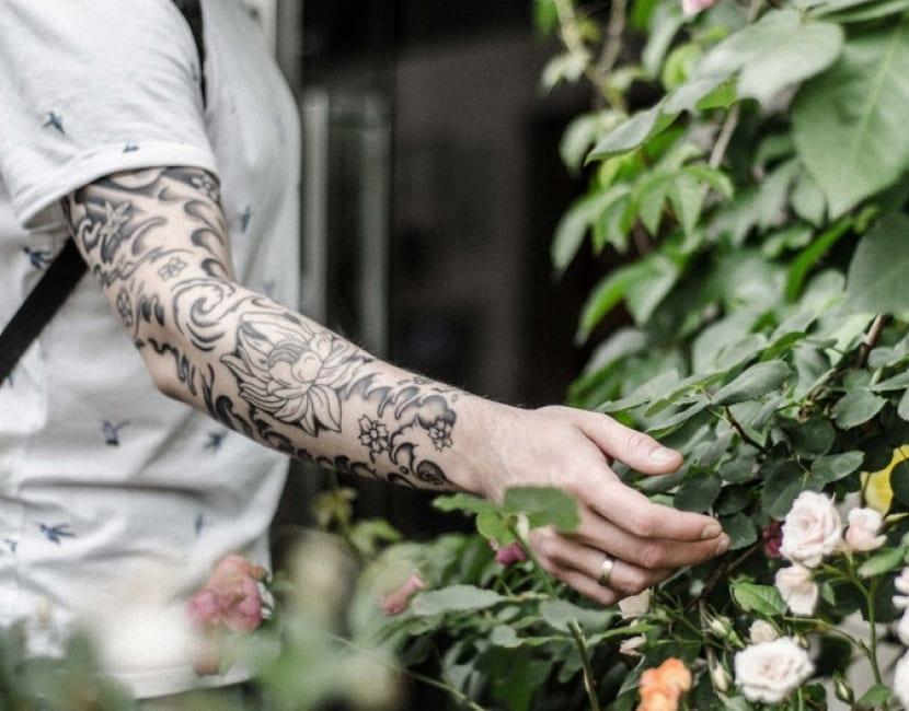 Tatuaje manga flores