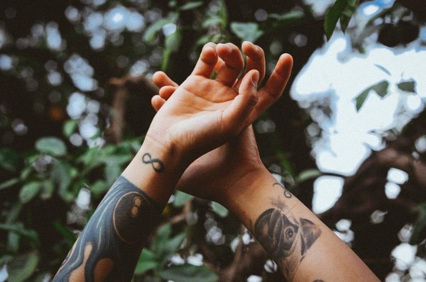 Tatuaje infinito en muñeca