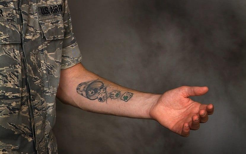 Tatuaje de dados en el brazo
