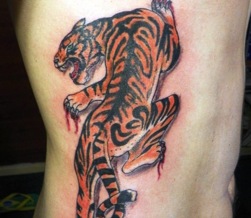 Tatuaje en las costillas