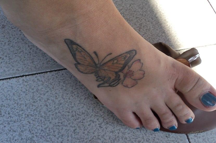 Tatuaje en el pie con mariposa