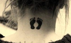 Tatuajes de huellas en el cuello
