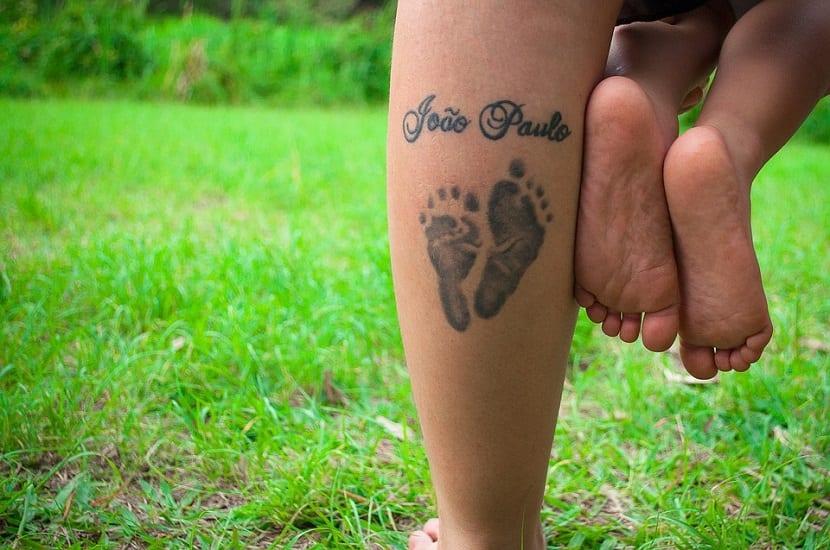 Tatuaje con huellas hijo