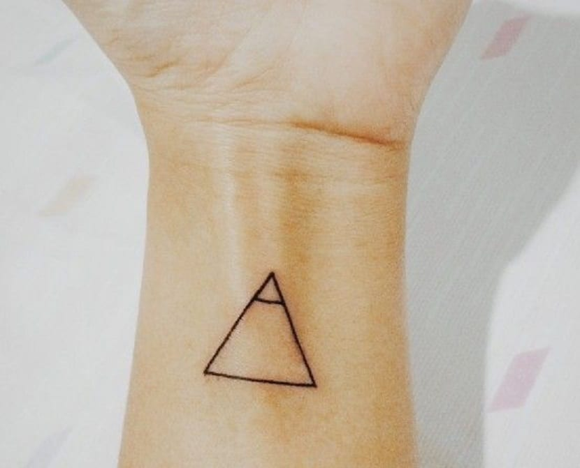 Tatuaje triángulo explorar