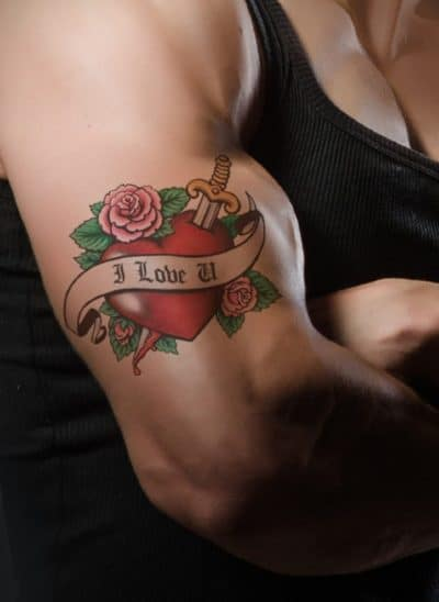 Los corazones, las rosas y las dagas siempre van juntos