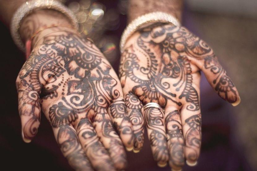 Manos tatuadas de henna