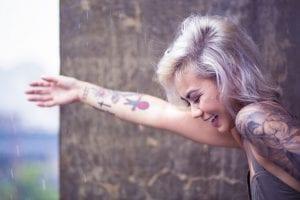 Mujer con el brazo tatuado