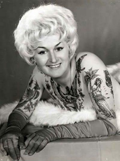 Mujer tatuada rubia vintage
