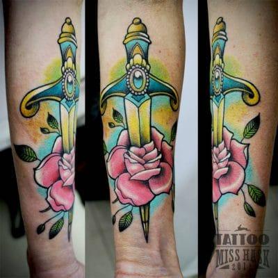Una daga con una rosa rosa