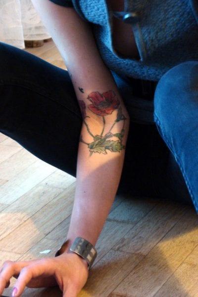 Tatuaje de amapola en el antebrazo
