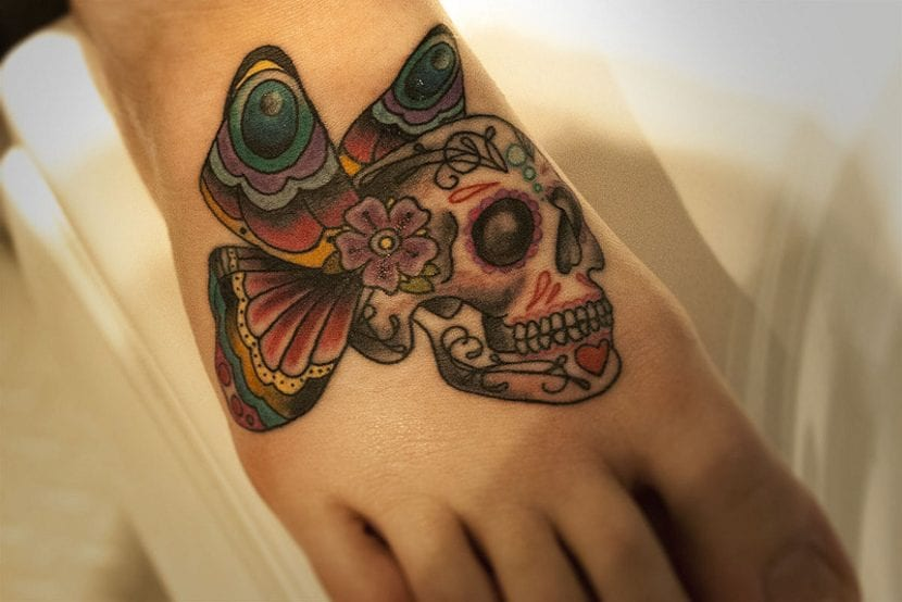 Tatuaje de calavera de azúcar con alas de mariposa