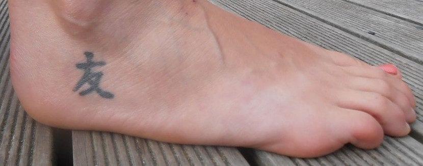 Tatuaje de amistad en el pie