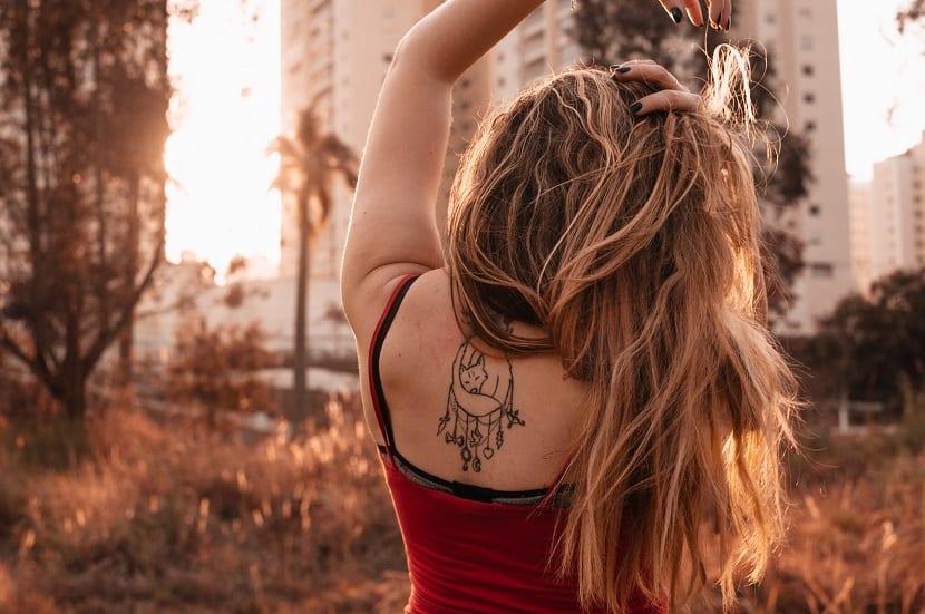 Tatuaje de lobo en espalda chica