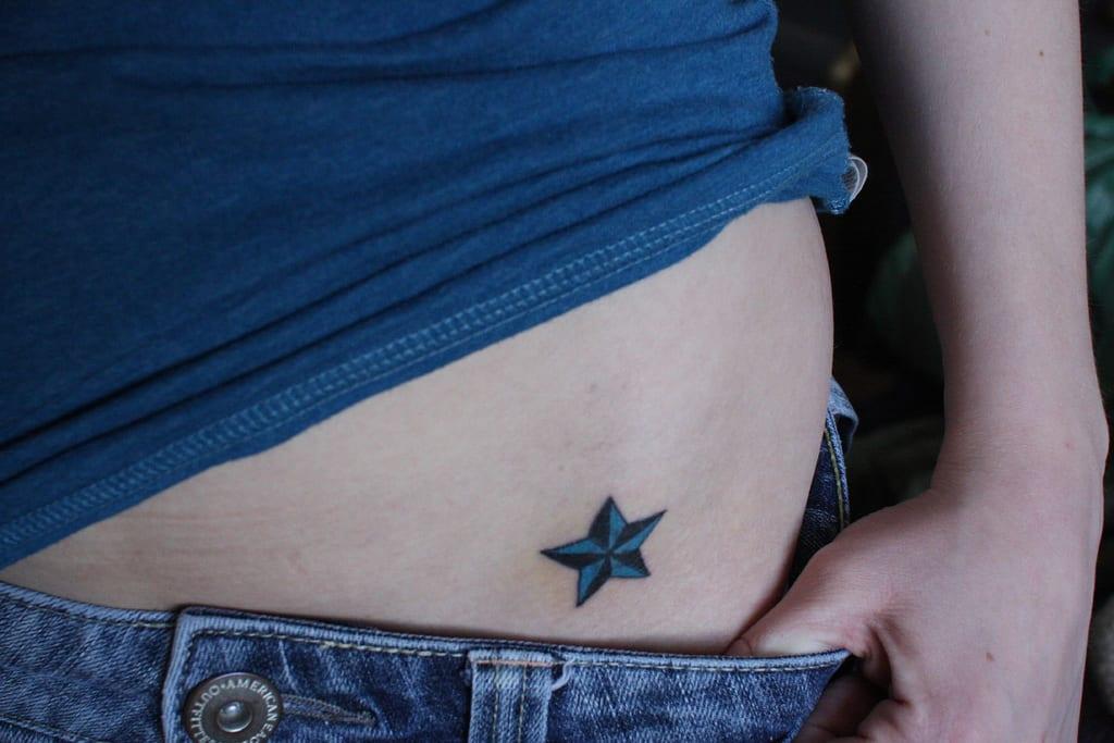 Tatuaje de estralla náutica en azul