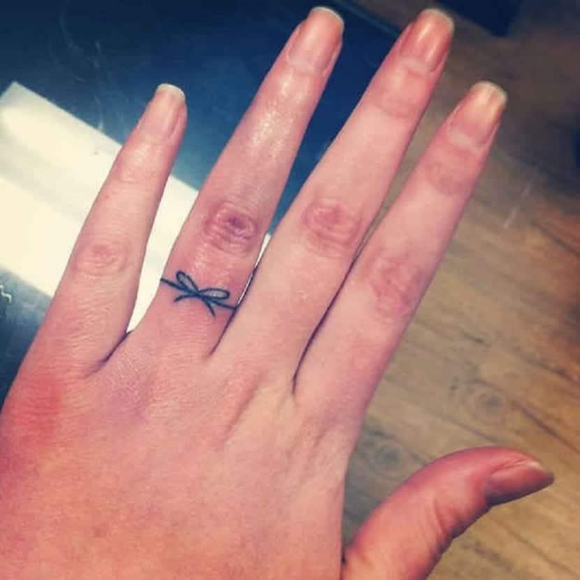 tatuaje en forma de anillo