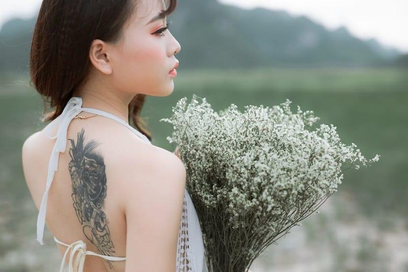 tatuaje mujer omóplato