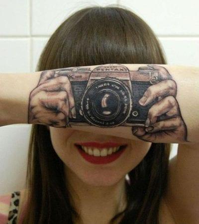 Tatuaje realista con cámara
