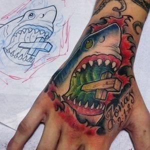 Tatuaje de tiburón blanco en la mano