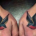 Tatuajes de golondrinas en las manos