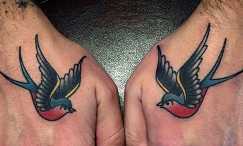 Tatuajes De Golondrinas En Las Manos Recopilación De Diseños