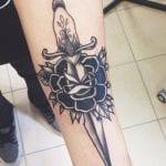 Tatuajes de Rosas y Dagas