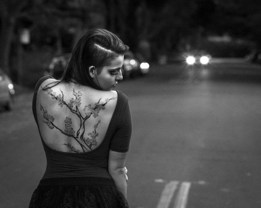 Tatuaje de árbol en la espalda