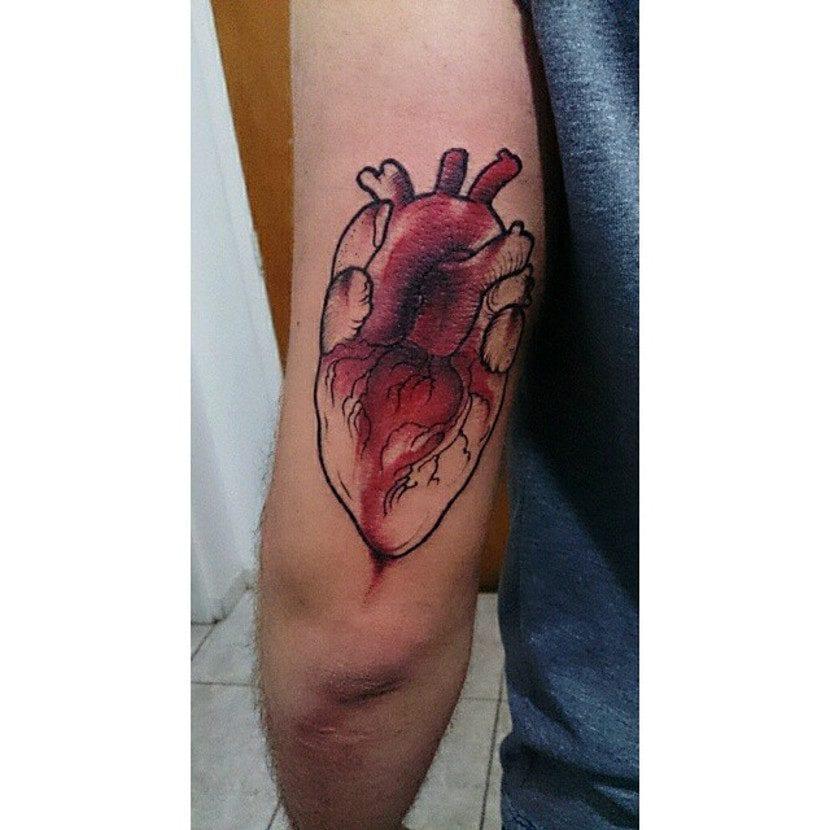 Tatuaje de corazón anatómico carmesí