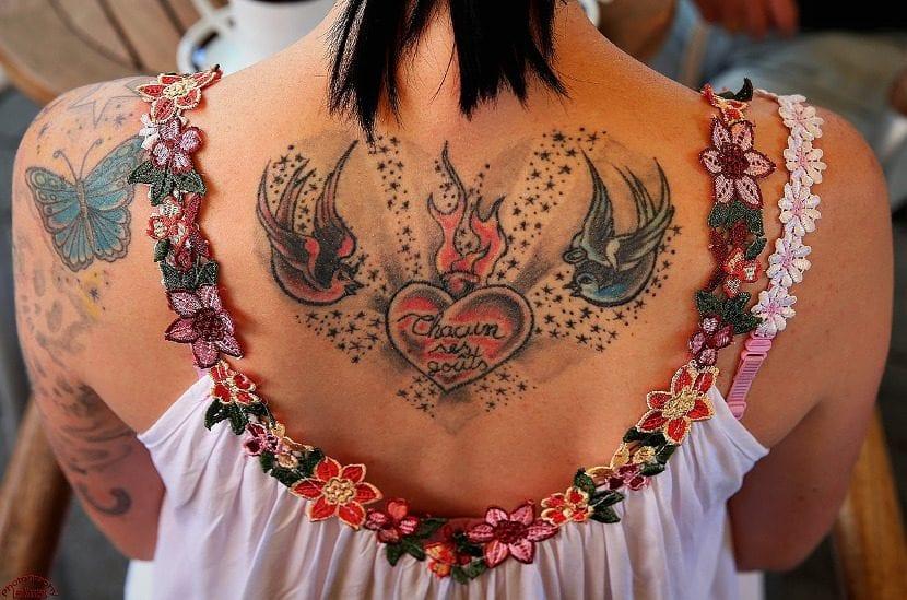 Tatuaje de corazón y pájaros