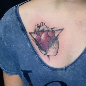 Tatuaje de corazón en el pecho