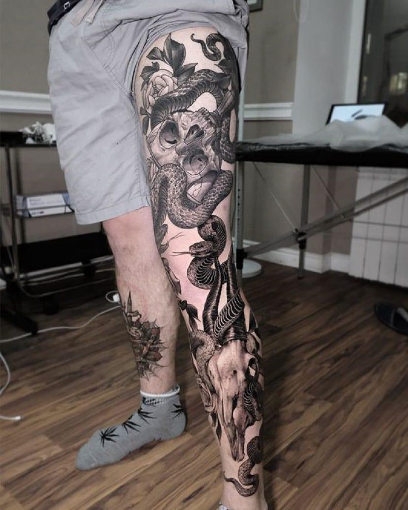 Tatuaje de serpiente por toda la pierna