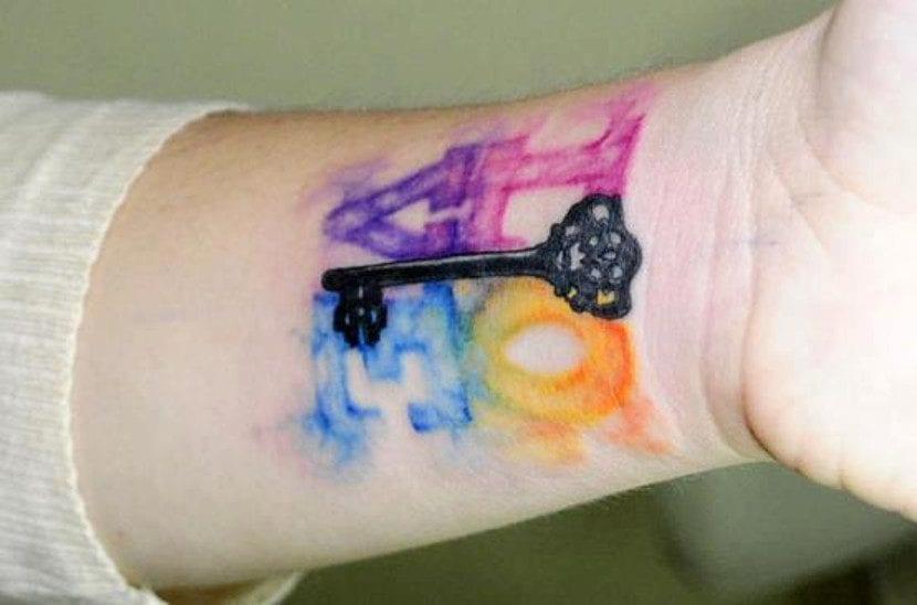 Tatuaje kawaii de llave