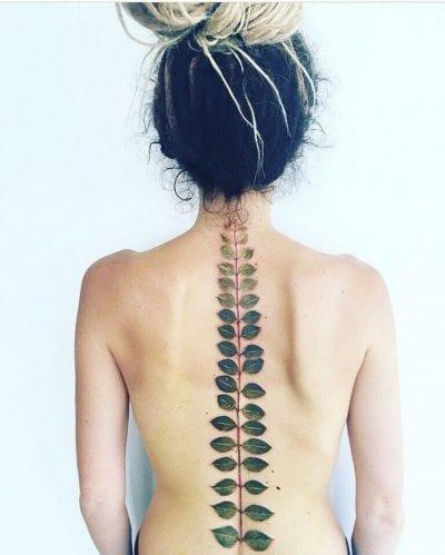 Tatuaje largo en la columna