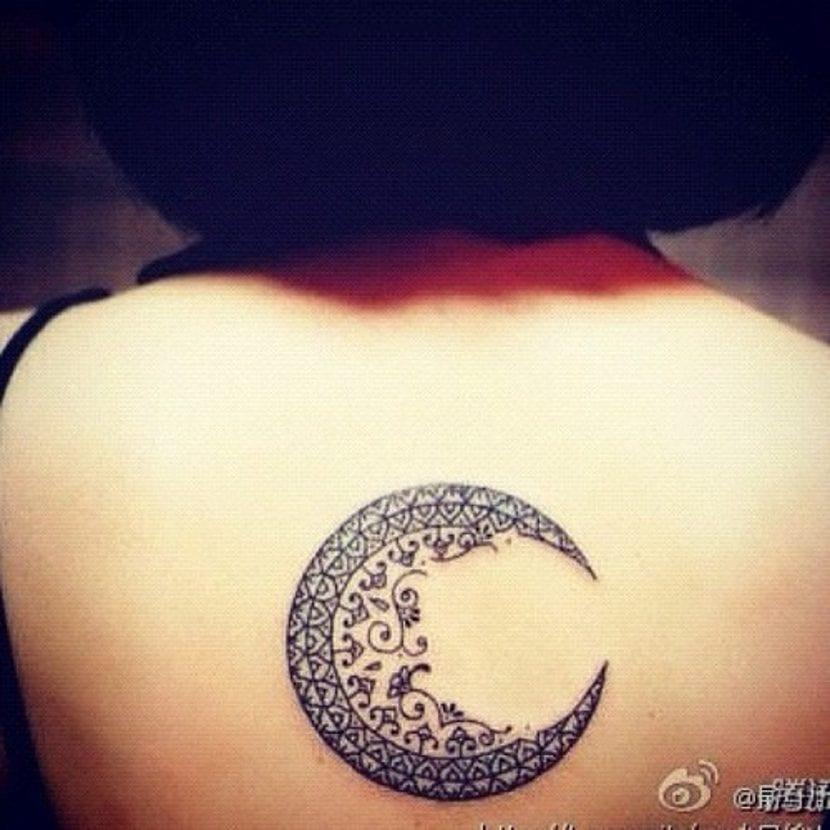 Tatuaje de luna tribal