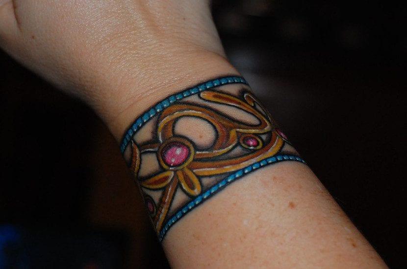 Tatuaje de pulsera a color