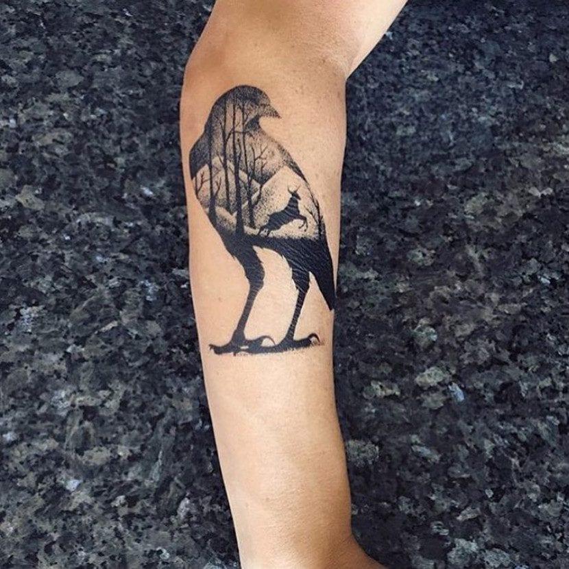 Tatuaje de cuervo, ciervo y bosque