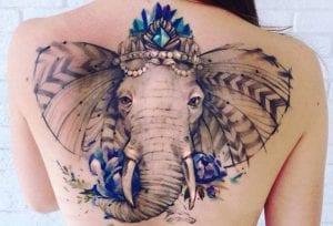 Tatuajes de elefantes en la espalda
