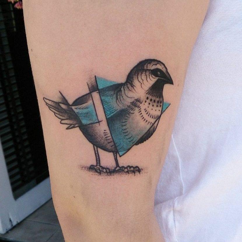 Tatuaje de pájaro geométrico