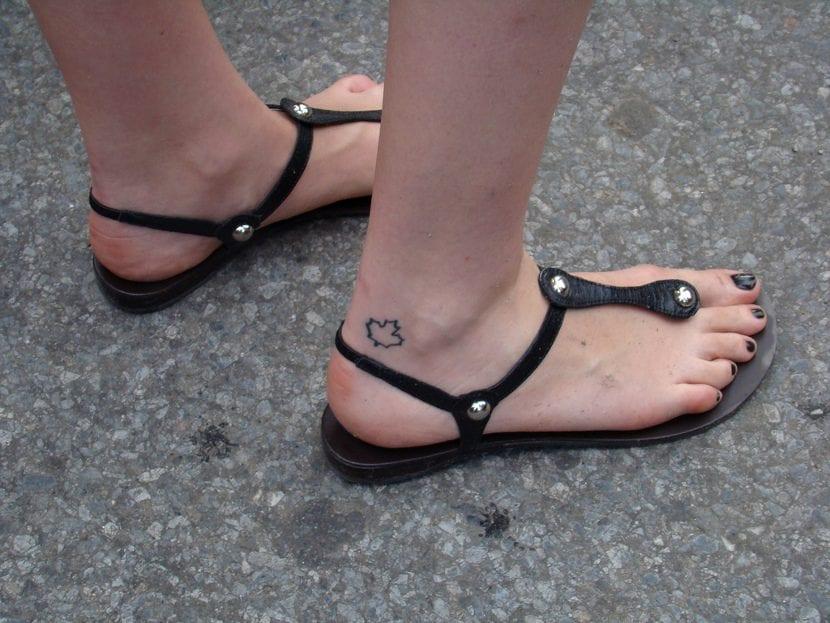 Tatuaje de hoja de arce pequeño