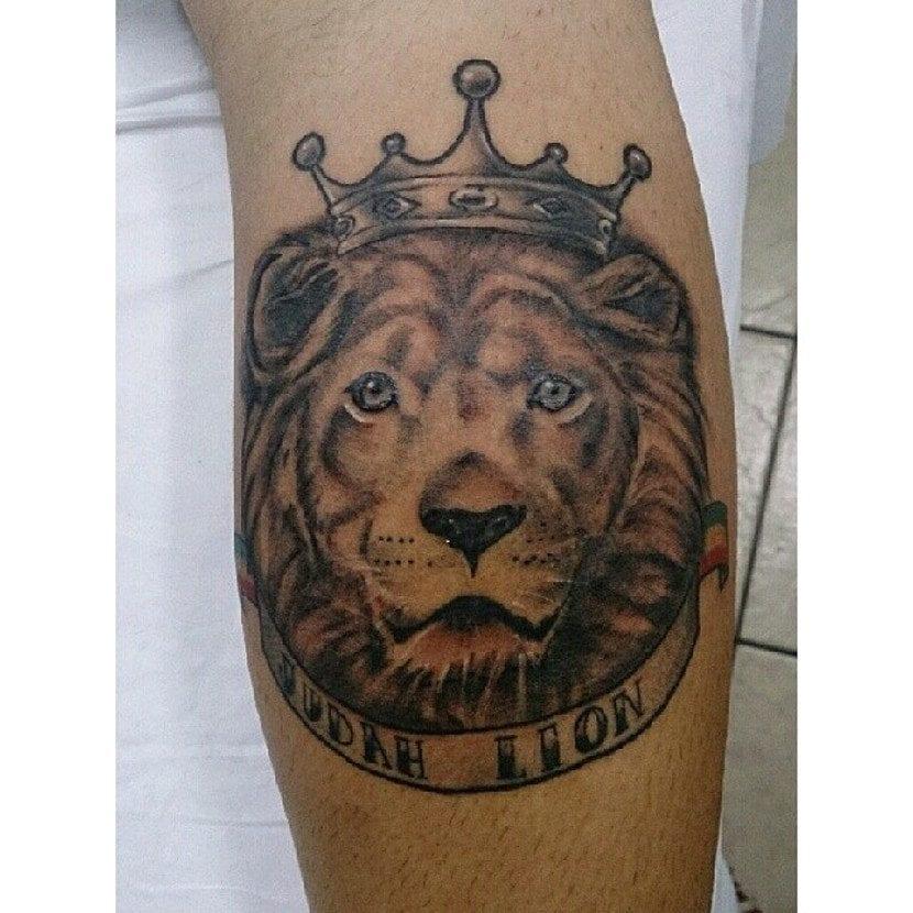 León con corona en blanco y negro